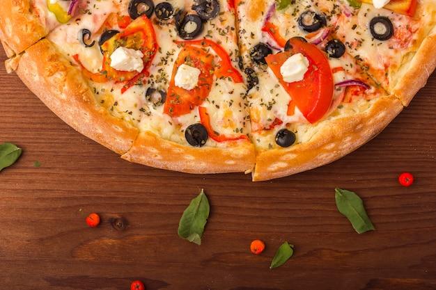 Jambon pizza au fromage, tomates et poivre.