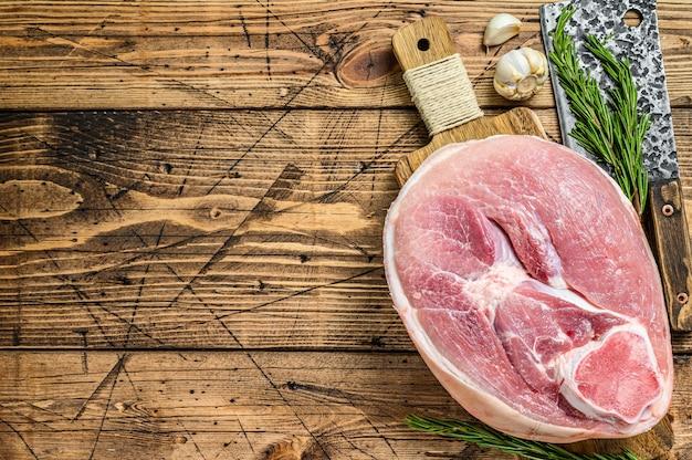 Jambon de porc cru coupé.