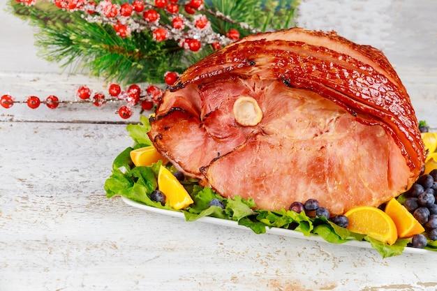 Jambon de porc entier aux fruits frais. repas de noël de vacances.