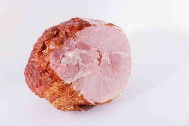 Jambon de porc entier isolé sur fond blanc. viande, repas.