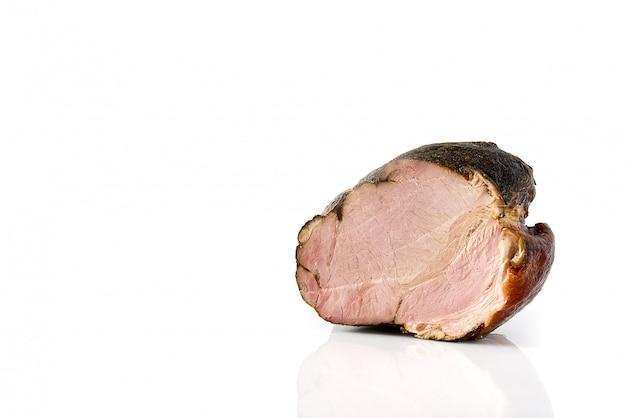 Jambon de porc fumé dans une grille sur fond blanc