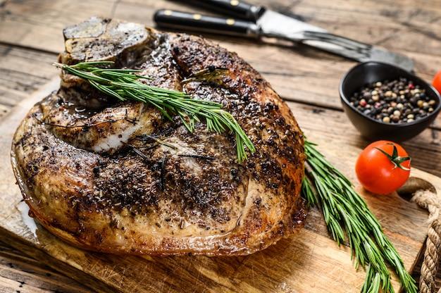 Jambon de porc rôti sur une planche à découper. viande de jarret.