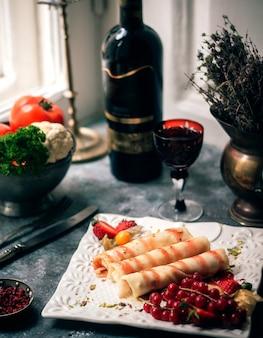 Jambon tranché avec verre de vin aux fruits rouges