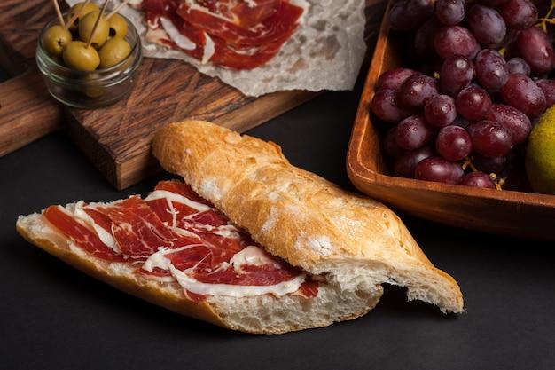 Jamon iberico avec du pain blanc.