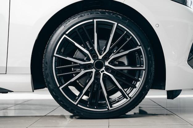 Jante en aluminium de roue de voiture de luxe se bouchent