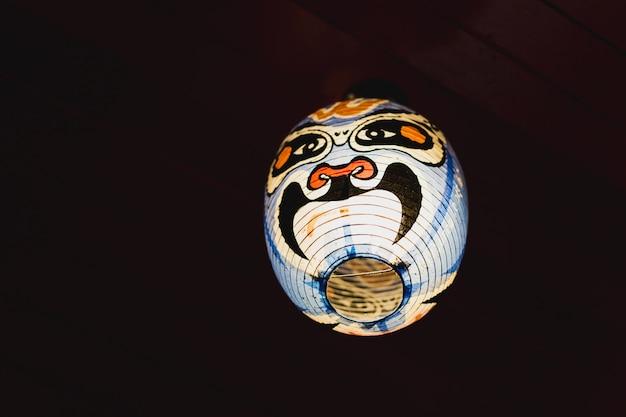 Japanese kabuki noh lampe de masque sur fond sombre