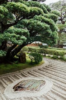Japon minimal d'arbres et de jardins