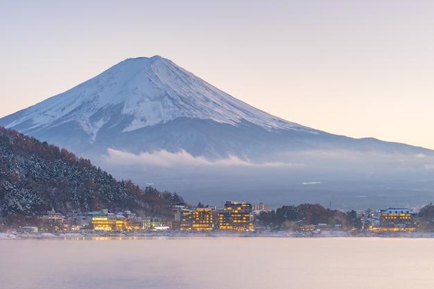Japon, montagne de fuji, lac de kawaguchiko en automne après-midi, avec l'effet de lumière du soleil chaud créée, reflète l'ombre en relief à la montagne, à la terre, au lac et à l'édifice