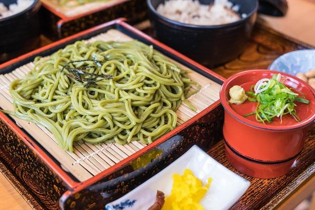 Japonaise cha soba (thé vert soba) en plat