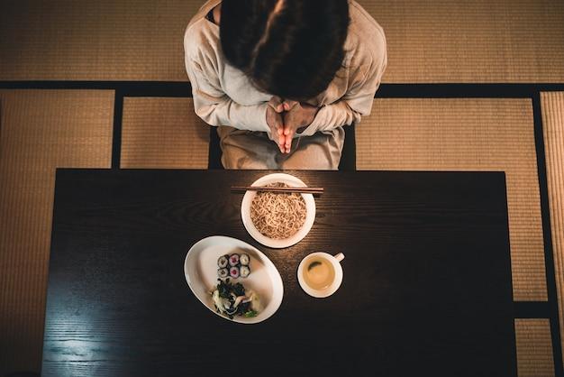Japonaise, femme, manger, traditionnel, appartement