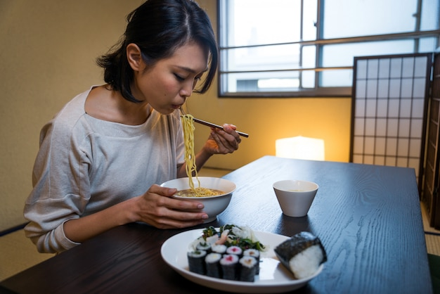 Japonaise, femme, manger, traditionnel, appartement