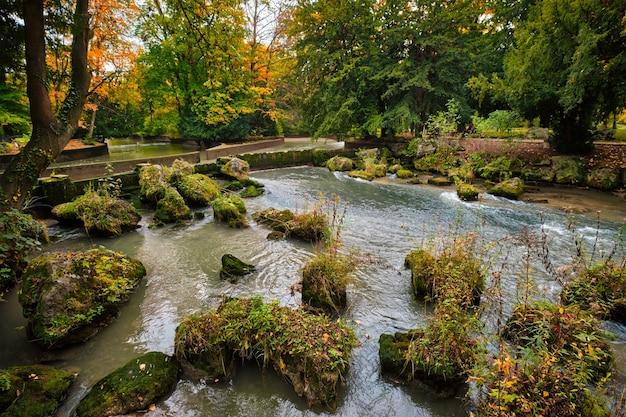 Jardin anglais de munich englischer garten park en automne munchen bavière allemagne