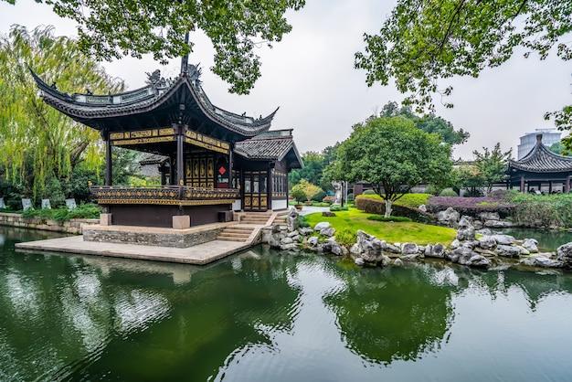 Jardin d'architecture classique dans le parc ningbo yuehu