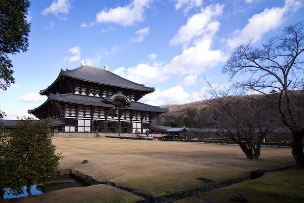 Le jardin avant du temple toudai à nara, japon