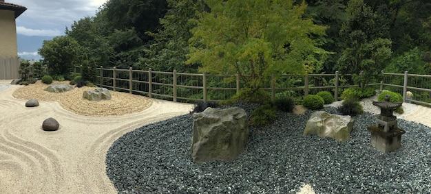 Jardin botanique avec des pierres japonaises près des cascades de varone en italie