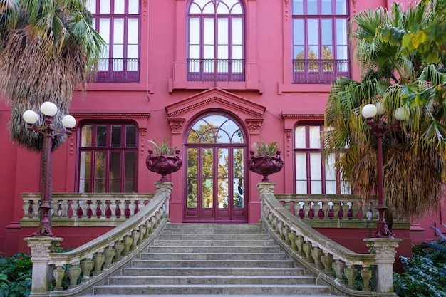 Jardin botanique de porto. entrée principale, façade rose de la casa andresen, porto, portugal.