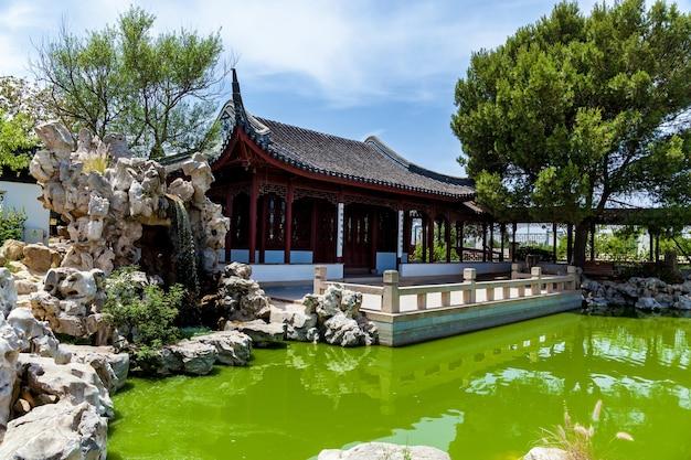 Jardin calme, architecture traditionnelle chinoise avec jardin de sculptures en pierre et lac à malte, santa lucija.
