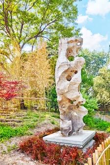 Jardin chinois typique, parc aux rochers bizarres. pékin, chine