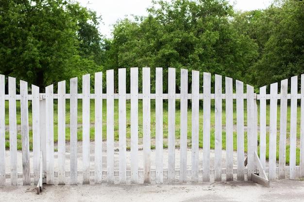 Jardin d'été dans l'arrière-cour et clôture en bois longue clôture de jardin de style campagnard à la campagne