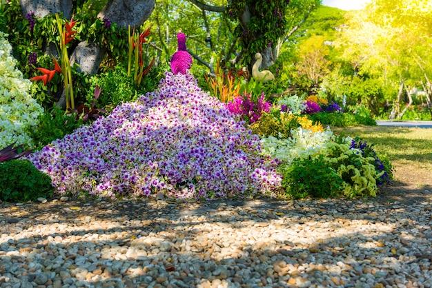 Le jardin de fleurs est en forme de paon