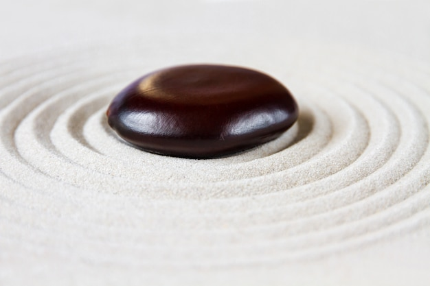 Jardin japonais zen avec pierre rouge