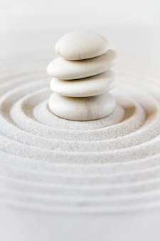 Jardin japonais zen, pierres d'équilibrage
