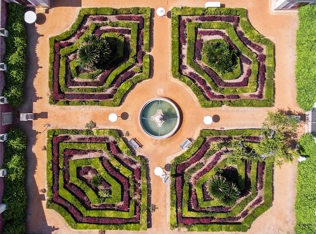 Jardin ornemental avec fontaine. tiré par le dron d'en haut.