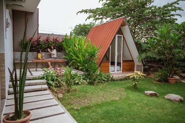 Jardin tropical pendant la journée avec cabane en bois