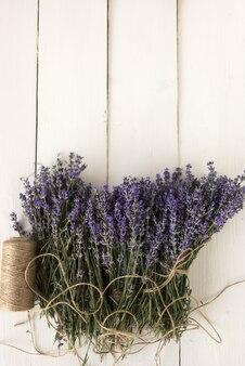 Jardinage en provence. sur la table rétro se trouve une lavande violette épicée enroulée avec du fil décoratif. vue de dessus