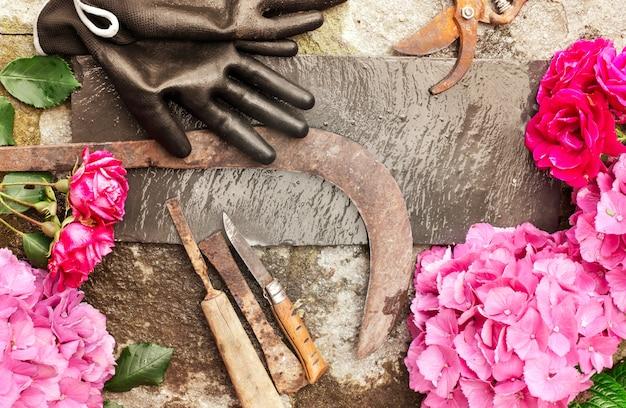Jardinage sertie de fleurs et d'outils vintage sur pierre