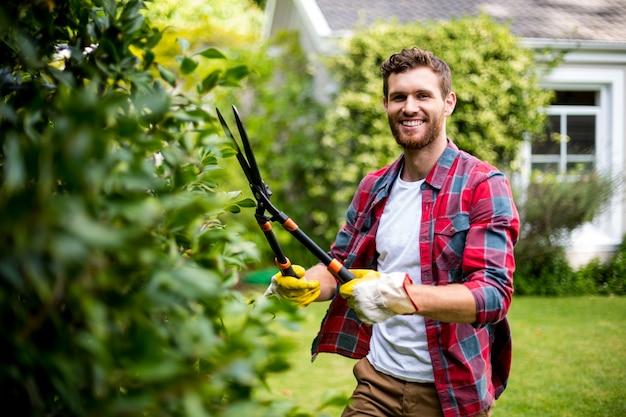 Jardinier coupant des plantes