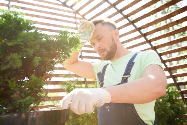Jardinier fatigué au soleil