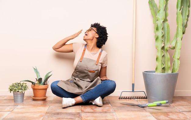 Jardinier femme assise sur le sol