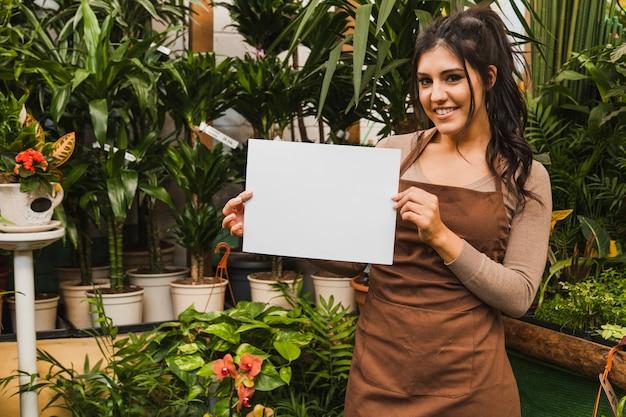 Jardinier mignon avec feuille de papier