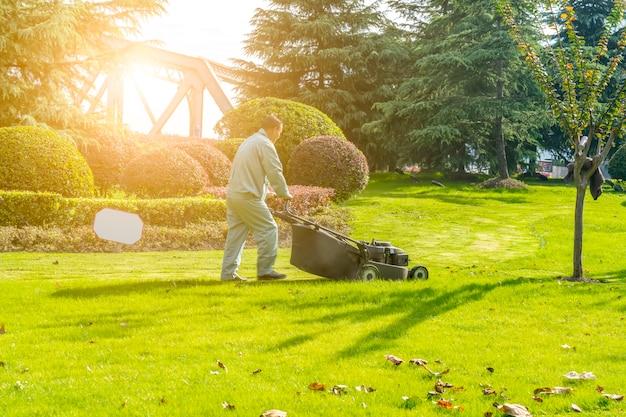 Le jardinier tond la pelouse