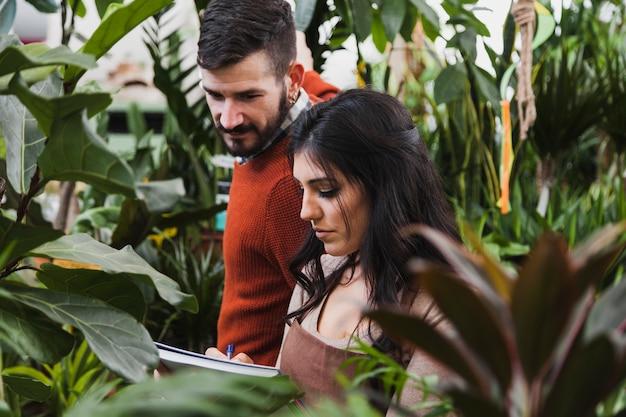 Les jardiniers effectuent des comptages
