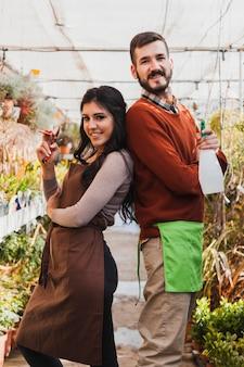 Jardiniers joyeux avec sécateur et vaporisateur