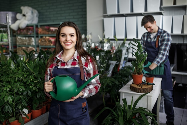 Jardiniers avec des plantes dans une belle jardinerie