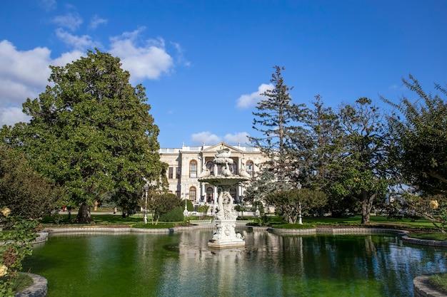 Jardins du palais de dolmabahce avec beaucoup de verdure, fontaine et étang avec de l'eau à istanbul, turquie