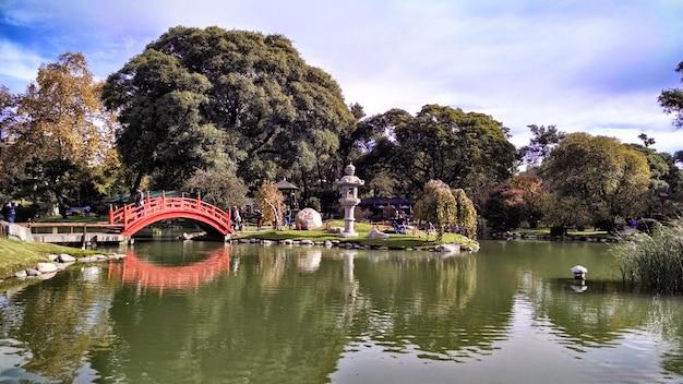 Jardins japonais de buenos aires sous la lumière du soleil et un ciel nuageux à buenos aires en argentine