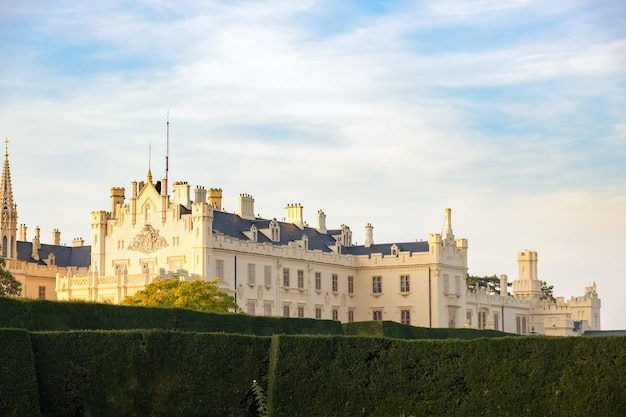 Jardins verts dans la cour du château du château de lednice en moravie, république tchèque. patrimoine mondial de l'unesco.