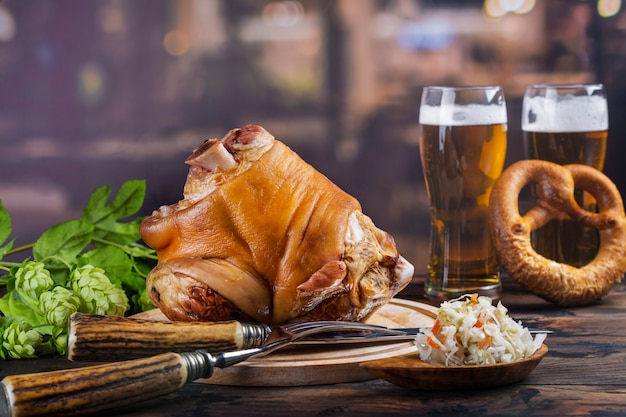 Jarret de porc, bière et bretzels