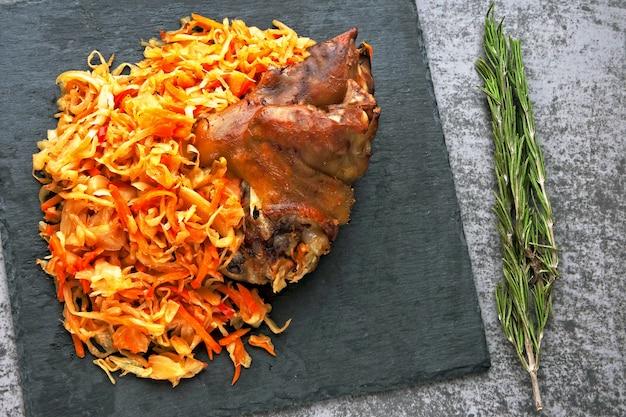Jarret de porc avec choucroute. aisbane. menu oktoberfest.