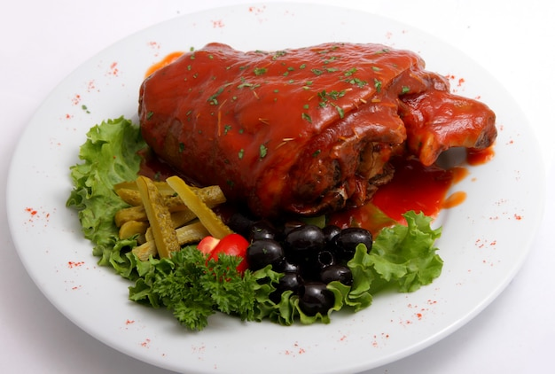 Jarret de porc avec cornichons et légumes