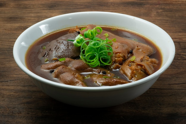 Jarret de porc ragoût et sang de porc bouilli avec sauce brune