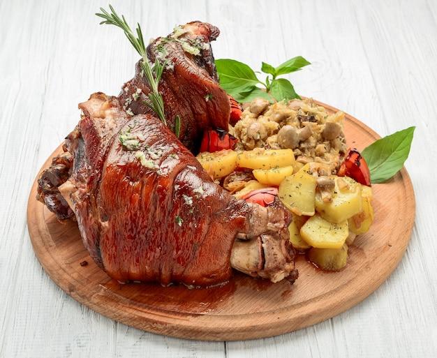Jarret de porc rôti au chou de savoie et pommes de terre au four