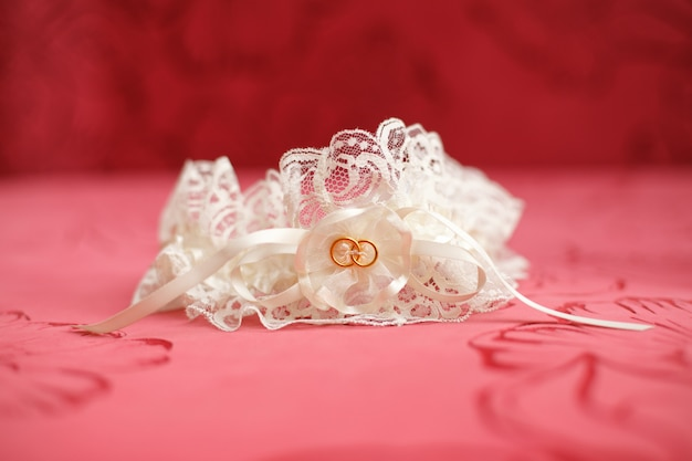 Jarretière de mariage décorée. concept de mariage