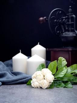 Jasmin et bougies sur fond sombre