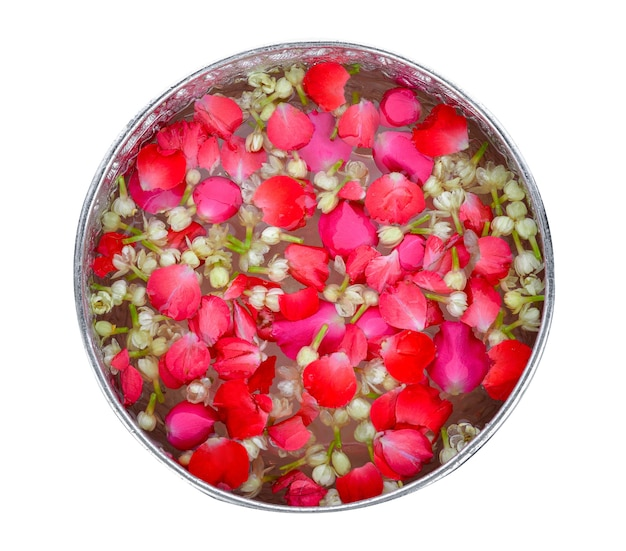 Jasmin et roses dans un bol en argent, festival de songkran en thaïlande