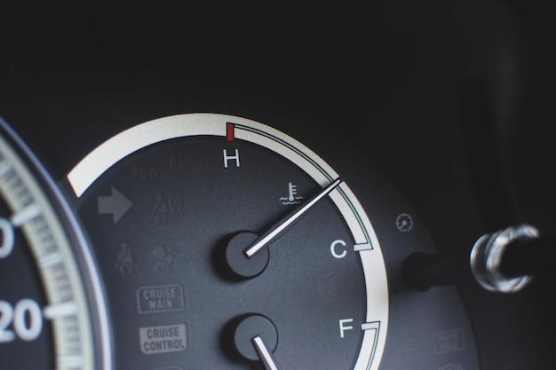 Jauge de température de l'eau sur le tableau de bord à l'intérieur de la voiture